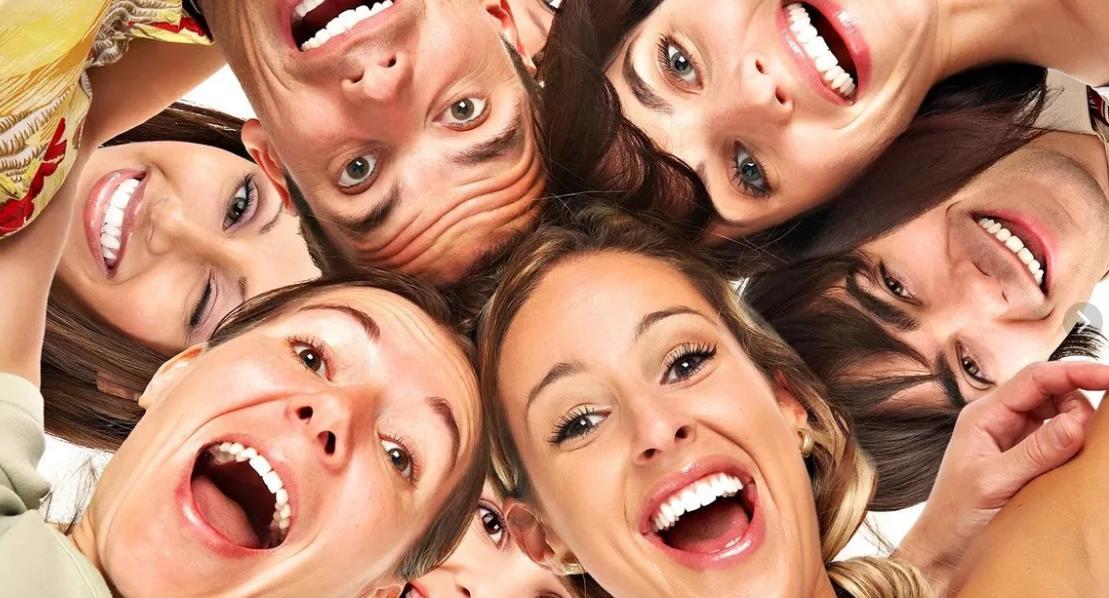 Люди улыбаются