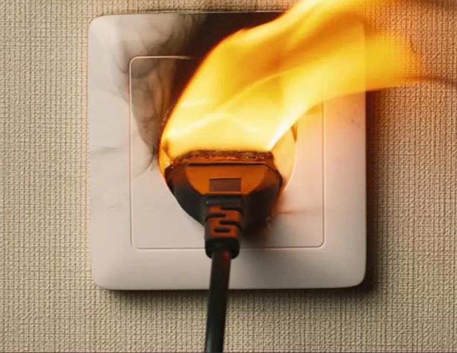 Почему нельзя оставлять зарядное устройство в розетке